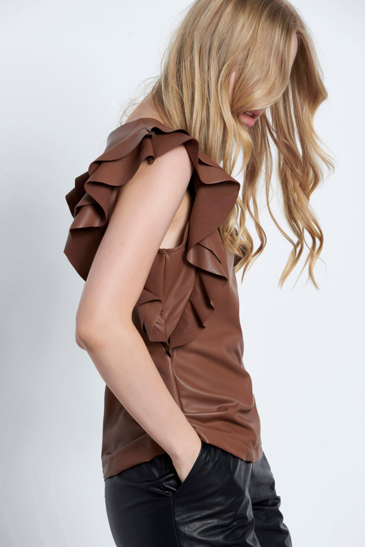 ECO LEATHER TOP WITH RUFFLE SLEEVES BROWN
