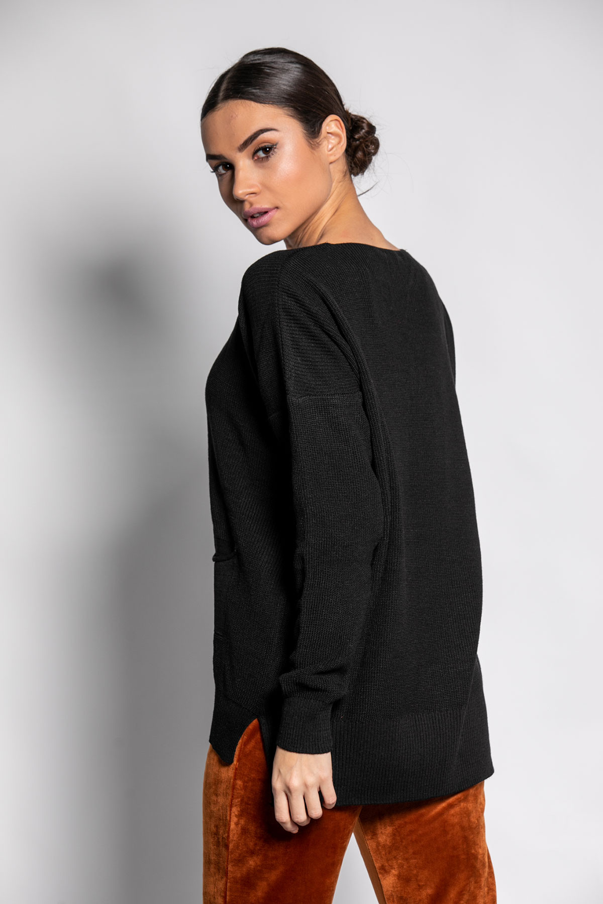 BLACK BASIC KNIT TOP WITH POCKET